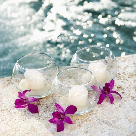 Orchideen und Kerzen.