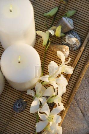 Kerzen und Orchideen.