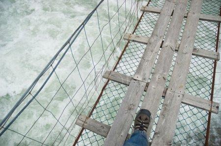 Photo pour Pont sur l'eau trouble - image libre de droit