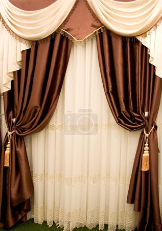 Photo pour Rideaux en crème et draperie marron avec deux pompons - image libre de droit