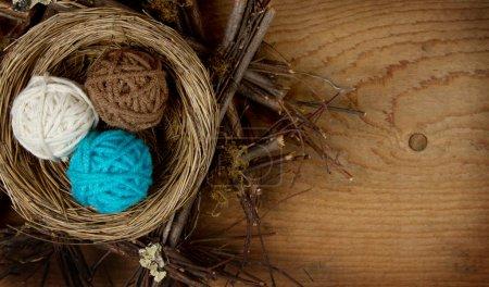 Photo pour Boules de fils dans un nid décoration de Pâques, sur un fond en bois, salle pour copyspace . - image libre de droit