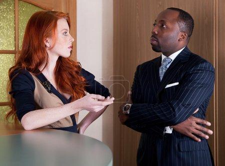 Photo pour Hommes d'affaires - roux tacheté jeune femme d'affaires et homme d'affaires noir debout - série de photos - image libre de droit