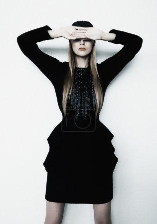 Photo pour Modèle photo femme blonde posant les yeux fermés - plan studio - image libre de droit