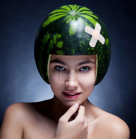 Photo pour Belle jeune fille avec melon d'eau comme casque sur sa tête souriante - série de photos - image libre de droit
