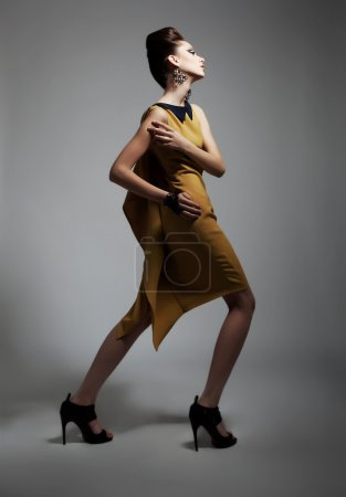 Photo pour Style de mode - beauté femme artistique en robe contemporaine posant. Série de photos - image libre de droit