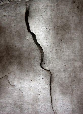 Photo pour Fissure au fond grunge de ciment - image libre de droit