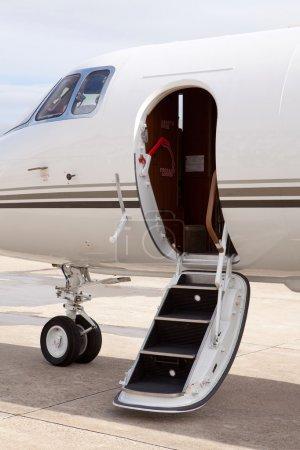 Photo pour Jet privé garé devant le hangar - image libre de droit