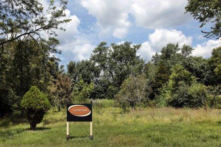 """Photo pour Terrain vacant en banlieue avec panneau """"Lot à vendre"""" - image libre de droit"""