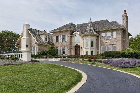 Photo pour Maison de luxe avec tourelle et toit en cèdre - image libre de droit
