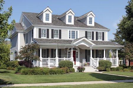 Photo pour Grande maison de banlieue avec porche et entrée arquée - image libre de droit