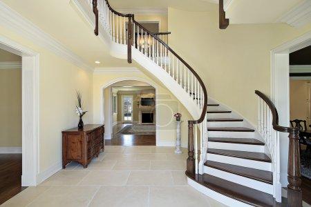 Photo pour Hall d'accueil avec escalier courbe en maison de nouvelle construction - image libre de droit