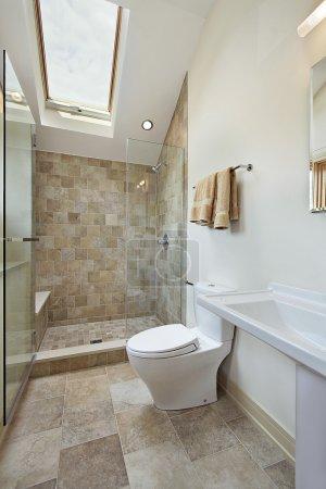Photo pour Salle de bain loft avec douche Pierre et puits de lumière - image libre de droit