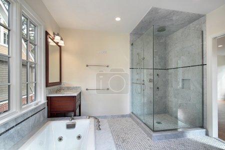 Photo pour Salle de bain principale dans la nouvelle construction de maison avec grande douche - image libre de droit