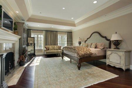 Photo pour Chambre des maîtres dans une maison de luxe avec cheminée en marbre - image libre de droit