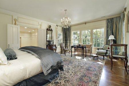 Photo pour Chambre des maîtres dans une maison de luxe avec salon - image libre de droit