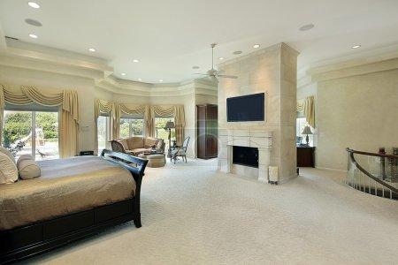 Photo pour Chambre des maîtres dans une maison de luxe avec cheminée - image libre de droit