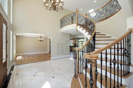 Photo pour Foyer à la maison avec vue sur la salle à manger de nouvelle construction - image libre de droit