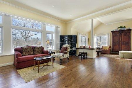 Photo pour Salon dans une maison de luxe avec colonne blanche - image libre de droit