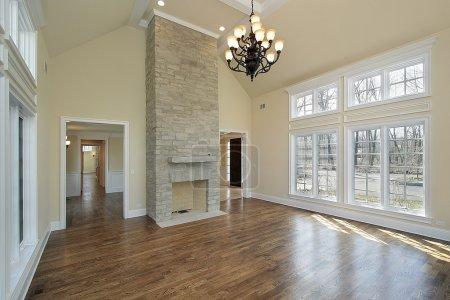 Photo pour Salle de séjour dans la nouvelle construction de maison avec cheminée - image libre de droit