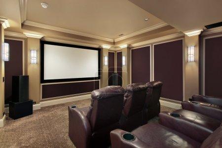 Photo pour Salle de théâtre à la maison avec des chaises de luxe - image libre de droit