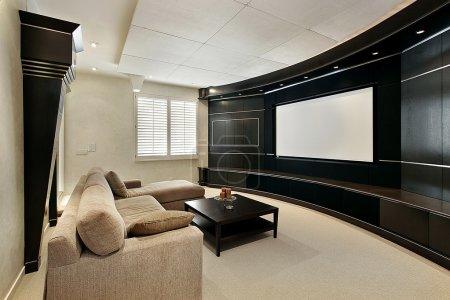 Photo pour Salle de théâtre à la maison avec écran large de luxe - image libre de droit