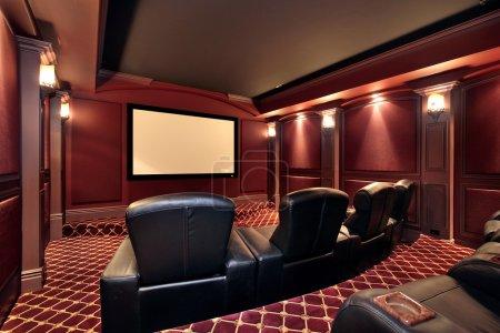 Photo pour Théâtre à la maison avec fauteuils en cuir grand de luxe - image libre de droit