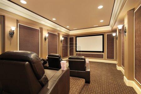 Photo pour Cinéma maison dans la maison de luxe avec grand écran de télévision - image libre de droit