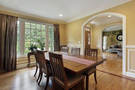 Photo pour Salle à manger avec murs jaunes et vue sur le foyer - image libre de droit