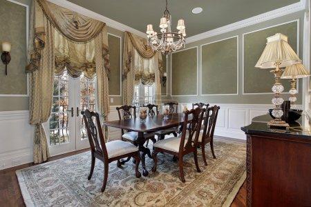 Photo pour Salle à manger dans une maison de luxe avec portes françaises - image libre de droit