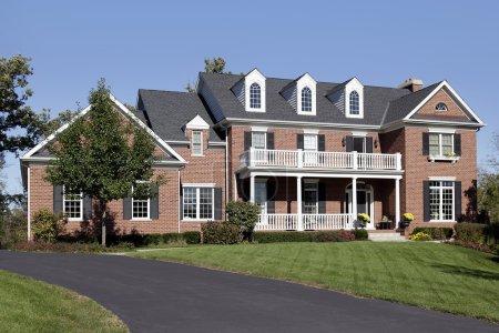 Photo pour Maison de luxe en brique avec balcon et véranda - image libre de droit