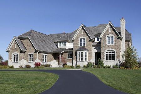 Photo pour Grande maison en banlieue avec toit en cèdre - image libre de droit