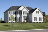 Luxusní dům s dvěma příběh sloupce