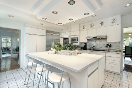 Photo pour Cuisine dans une maison moderne avec armoire blanche - image libre de droit