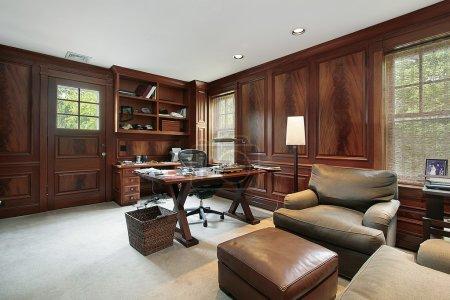 Photo pour Bureau dans une maison de luxe avec boiseries sombres - image libre de droit
