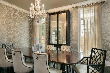 Photo pour Salle à manger dans une maison de luxe avec des murs en or - image libre de droit