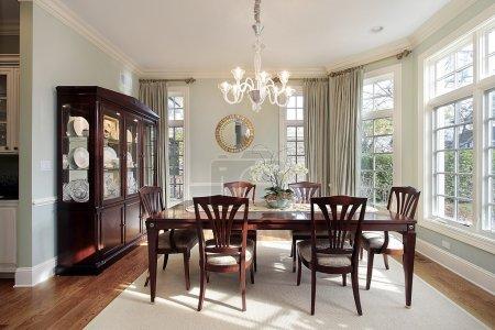 Photo pour Salle à manger dans une maison de luxe avec baie vitrée - image libre de droit