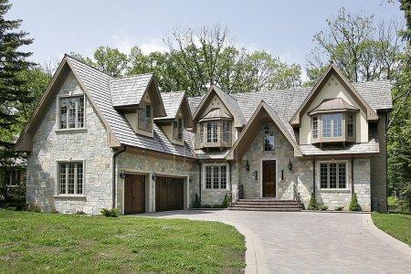 Photo pour Maison avec lecteur de brique et de toit de bardeau de grande luxe - image libre de droit