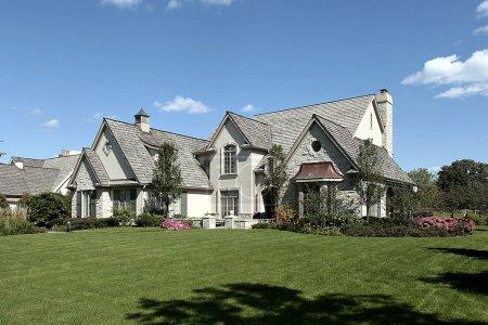 Photo pour Maison avec toit en bardeaux et pelouses manucurées de grande luxe - image libre de droit