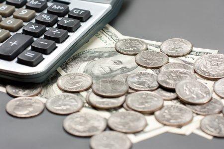Photo pour Pièce de monnaie de dollar et calculatrice. mise au point sélective - image libre de droit