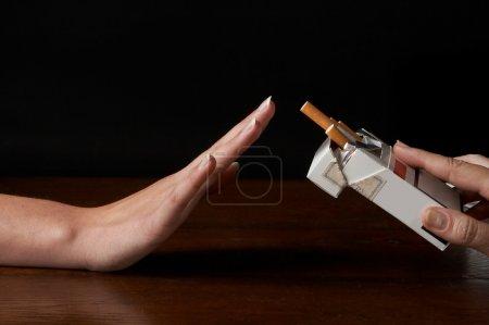 Photo pour Main disant non grâce à un paquet de cigarettes offert - image libre de droit