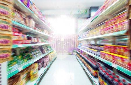 Photo pour Large perspective de l'allée de supermarché vides - image libre de droit