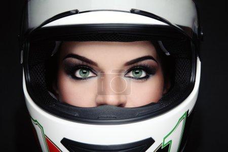 Photo pour Gros plan portrait de belle femme avec un maquillage élégant dans le casque de motard - image libre de droit