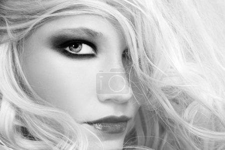 Photo pour Gros plan portrait noir et blanc de jeune belle femme aux longs cheveux blonds - image libre de droit