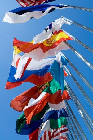 Photo pour Drapeaux internationaux soufflant dans le vent - image libre de droit