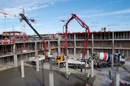 Photo pour Chantier de construction avec la bétonnière et ciel bleu - image libre de droit