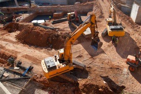 Photo pour Chantier de construction avec des tracteurs jaunes - image libre de droit