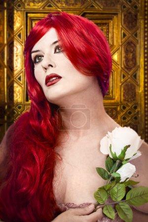 Photo pour Femme gothique avec une rose blanche dans sa formation d'ornement de main, or - image libre de droit