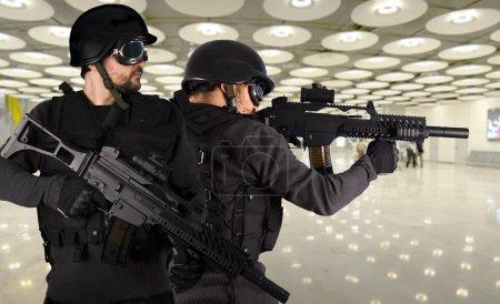 Photo pour Défense contre le terrorisme, deux soldats dans un aéroport - image libre de droit
