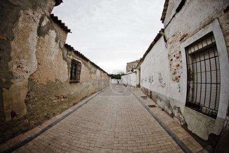Photo pour Rue avec maisons de boue, ville rurale - image libre de droit