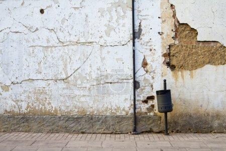 Photo pour Rue vieux mur rouillé - image libre de droit